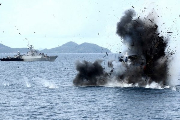Penenggelaman kapal pelaku illegal fishing di wilayah Laut Natuna, Kepulauan Anambar (28/12/2014). - Antara/Joko Sulistyo