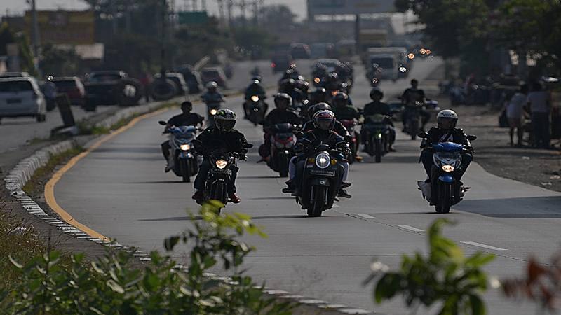 Pemudik sepeda motor melintas di Jalan Raya Pantura, Brebes, Jawa Tengah, Minggu (2/6/2019). Pada H-3, arus mudik di Jalan Raya Pantura didominasi para pemudik dengan sepeda motor. - Antara