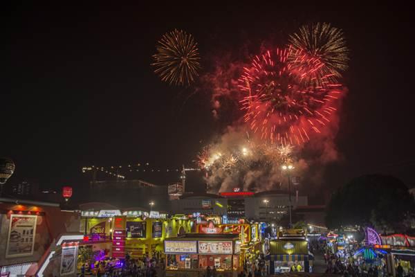 Kembang api memeriahkan pembukaan Jakarta Fair atau Pekan Raya Jakarta 2017 di JIExpo Kemayoran, Jakarta, Kamis (8/6) malam. Jakarta Fair Kemayoran 2017 (JFK) merupakan arena pameran dan hiburan terbesar se-Asia Tenggara mulai dibuka hari ini, Kamis 8 Juni 2017, dan akan dilangsungkan selama 39 hari hingga 16 Juli mendatang. ANTARA FOTO - Galih Pradipta