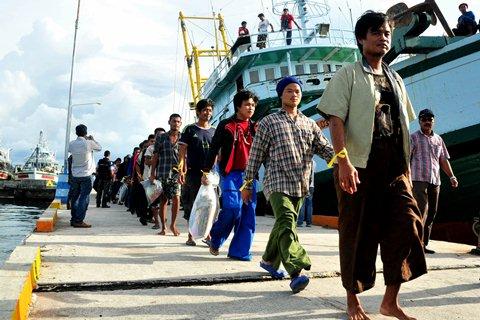Anak Buah Kapal (ABK) asal Myanmar, Laos dan Kamboja yang bekerja di PT. PBR Benjina tiba di PPN Tual, Maluku, Sabtu (4/4). - Antara