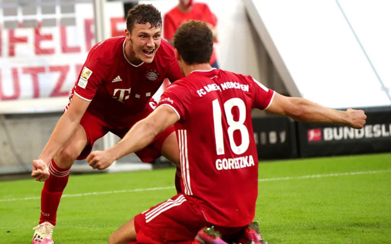 Gelandang Bayern Munchen Leon Goretzka (kanan) merayakan golnya ke gawang Borussia Monchengladach bersama Benjamin Pavard yang memberi assist. - Bundesliga.com
