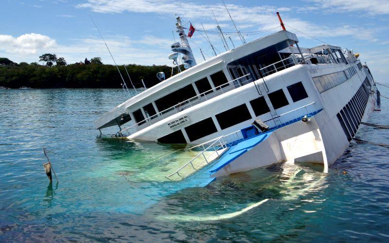 KMP Dharma Rucitra III kandas di Dermaga 2 Pelabuhan Padangbai, Karangasem, Bali, Sabtu (13/6/2020). Kapal yang berada dalam posisi miring karena diduga mengalami kebocoran lambung kapal ketika akan bersandar di Pelabuhan Padangbai pada Jumat (12/6) malam. - Antara / Fikri Yusuf