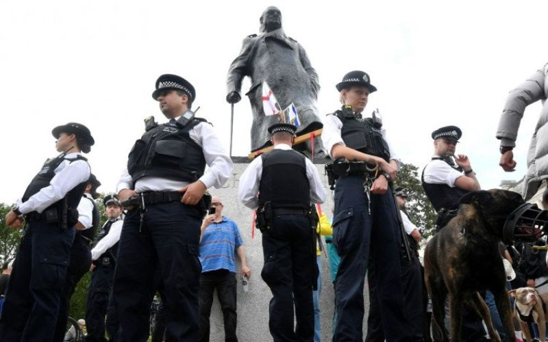 Polisi berjaga di sekeliling patung Winston Churchill di Parliament Square, menyusul kematian George Floyd saat ditahan oleh polisi Minneapolis, di London, Britain, Selasa (9/6/2020). Antara/Reuters - Toby Melville.