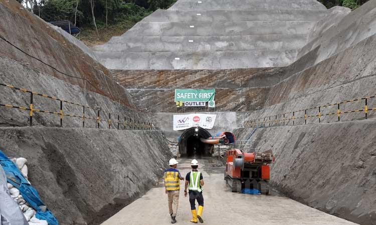 Pekerja berada di proyek konstruksi Bendungan Rukoh di Kabupaten Pidie, Aceh, Sabtu (22/2 - 2020). Kementerian PUPR pacu pengerjaan konstruksi proyek strategis nasional termasuk tiga bendungan di Aceh yaitu Bendungan Keureuto di Aceh Utara. Kemudian, Bendungan Rukoh dan Bendungan Tiro di Kabupaten Pidie. Nilai investasi bendungan capai triliunan rupiah. Bisnis/Agne Yasa.
