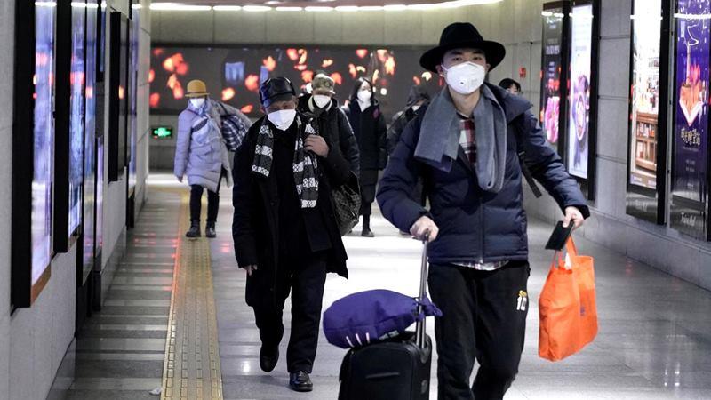 Warga memakai masker berjalan melalui lorong bawah tanah ke kereta bawah tanah di Beijing, China, 21 Januari 2020 di tengah merebaknya coronavirus. -  REUTERS / Jason Lee