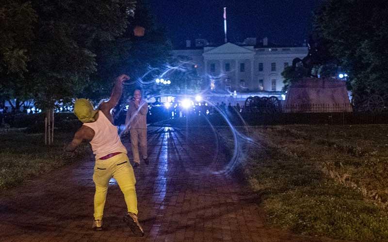 Para pengunjuk rasa berhadapan dengan polisi di luar Gedung Putih, Washington, Ameika Serikat, Sabtu (31/5/2020). Bloomberg/AFP via Getty Images - Eric Baradat
