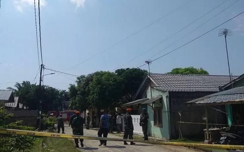 Prajurit TNI AU berjaga di sekitar lokasi jatuhnya pesawat tempur jenis BAE Hawk 209 milik TNI AU di Desa Kubang Jaya, Siak Hulu, Kampar, Riau, Senin (15/6/2020). - Antara\n\n