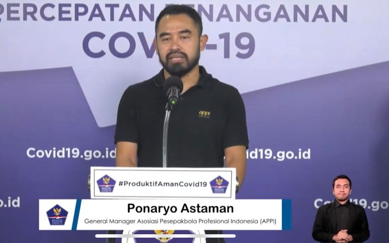 General Manager Asosiasi Pesepakbola Profesional Indonesia (APPI) Ponaryo Astaman ketika menyalurkan bantuan alat pelindung diri untuk tenaga medis melalui Gugus Tugas Percepatan Penanganan Covid-19 di Graha BNPB, Jakarta, Senin (15/6/2020) - Istimewa.