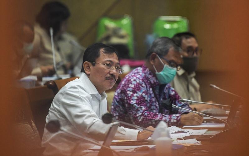Menteri Kesehatan Terawan Agus Putranto (kiri) didampingi jajarannya mengikuti rapat kerja dengan Komisi IX DPR di Kompleks Parlemen, Senayan, Jakarta, Senin (4/5/2020). Raker tersebut membahas situasi teknis upaya penanganan COVID-19 di Indonesia. - ANTARA FOTO/Galih Pradipta