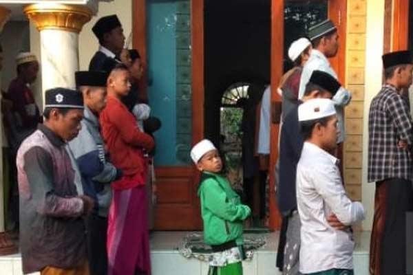 Warga melaksanakan shalat Idulfitri di masjid Pesantren Mahfilud Dluror Kabupaten Jember, Selasa (4/6) - Antara/istimewa