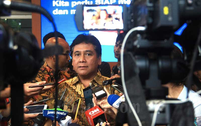 Ketua Asosiasi Pengusaha Indonesia (Apindo) Hariyadi Sukamdani menjawab pertanyaan wartawan seusai memberikan keterangan pers mengenai dampak virus corona pada sektor pariwisata, di Jakarta, Kamis (12/3/2020). -  Bisnis/Triawanda Tirta Aditya