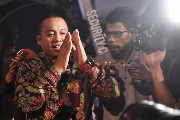 Asisten Pribadi Menpora Miftahul Ulum (kiri) meninggalkan gedung KPK usai menjalani pemeriksaan di Jakarta, Kamis (3/1/2019). - ANTARA/Akbar Nugroho Gumay