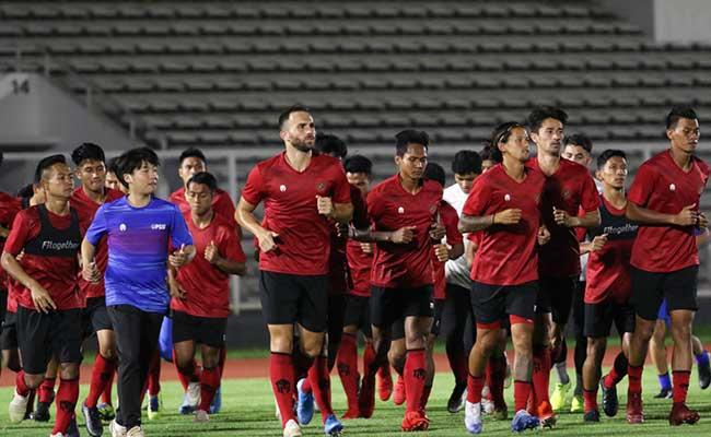Sejumlah pesepak bola timnas Indonesia mengikuti latihan perdana di Stadion Madya, Senayan, Jakarta, Jumat (14/2/2020).Bisnis - Eusebio Chrysnamurti