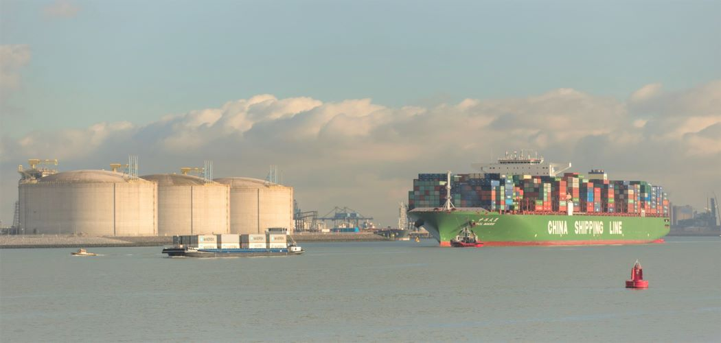 Kapal China Shipping Line merapat ke pelabuhan Rotterdam membawa gas alam cair. - Bloomberg / Jasper Juinen