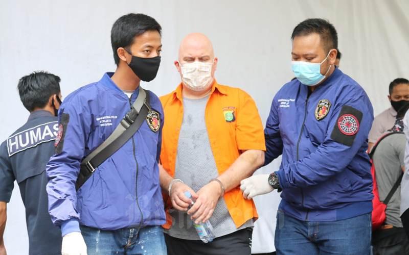 Polda Metro Jaya menangkap Warga Negara Amerika Serikat bernama Russ Albert Medlin yang tengah diburu FBI terkait kasus penggelapan uang dan pencabulan anak di bawah umur di sejumlah negara. - Istimewa