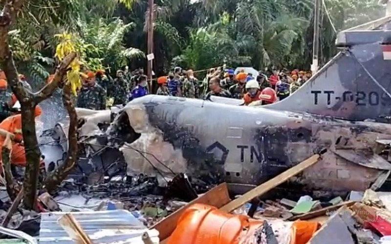 Pesawat TNI AU jatuh di daerah permukiman penduduk di Desa Kubang Jaya Kecamatan Siak Hulu, Kabupaten Kampar, Provinsi Riau, Senin (15/6/2020) pagi - Antara