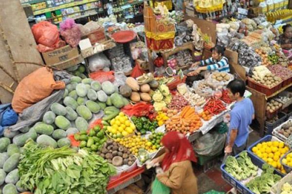 Ilustrasi kegiatan pedagang mikro di pasar tradisional.  - Antara