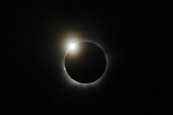 Gerhana matahari total di Sumatra Barat - Antara/Iggoy el Fitra