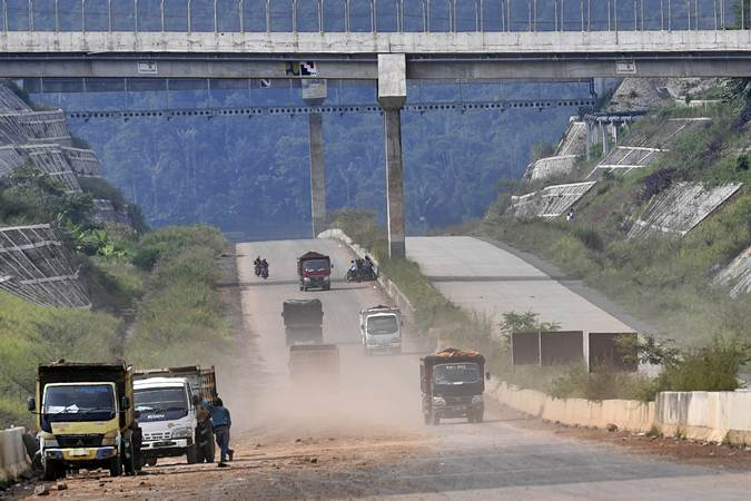 Sejumlah truk melintasi proyek pembangunan Jalan Tol Cileunyi-Sumedang-Dawuan (Cisumdawu) di Kabupaten Sumedang, Jawa Barat, Rabu (8/5/2019). - ANTARA/Puspa Perwitasari