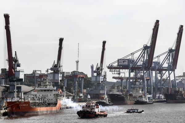 Aktivitas bongkar muat di pelabuhan boom baru Pelindo II Palembang, Sumatra Selatan, Jumat (4/1/2019). - ANTARA/Nova Wahyudi