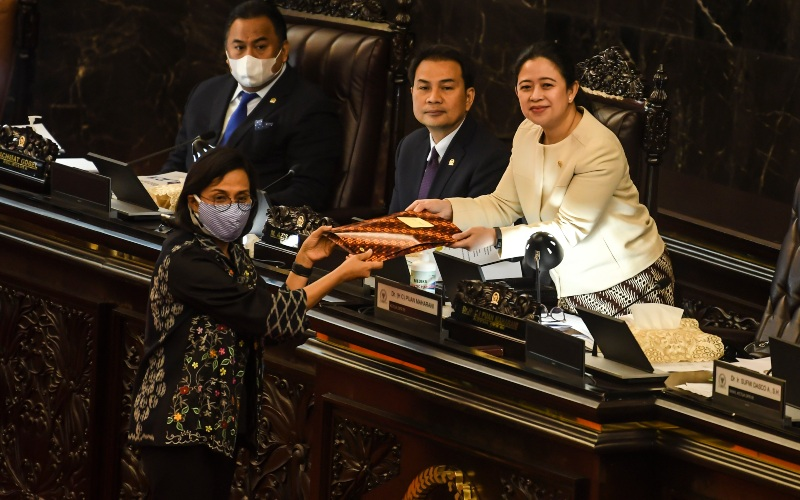 Ketua DPR Puan Maharani (kanan) didampingi Wakil ketua DPR Aziz Syamsuddin (kedua kanan) dan Rachmat Gobel (kiri) menerima dokumen dari Menteri Keuangan Sri Mulyani (kedua kiri) pada Rapat Paripurna masa persidangan III 2019-2020, di Komplek Parlemen, Jakarta, Selasa (12/5/2020). - ANTARA FOTO/Muhammad Adimaja