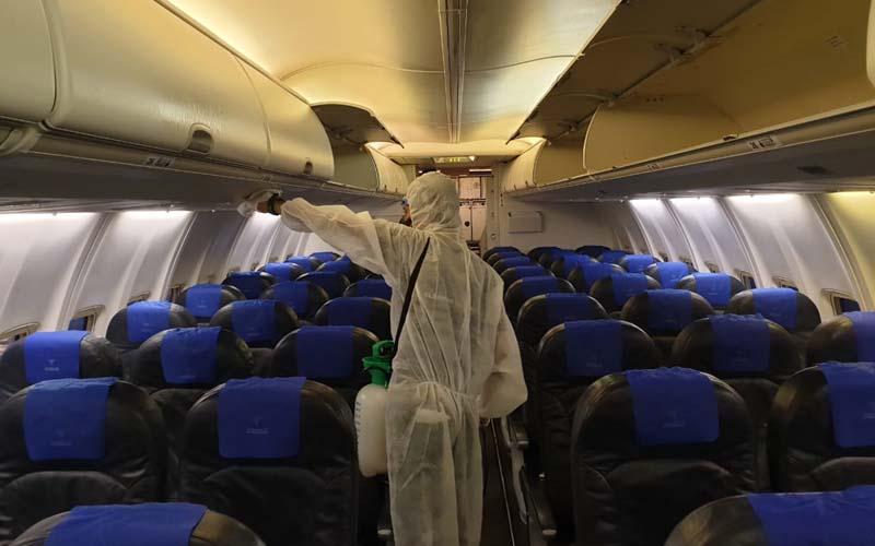 Petugas sedang melakukan prosedur disinfeksi di salah satu pesawat milik Sriwijaya Air. - Dok. Istimewa