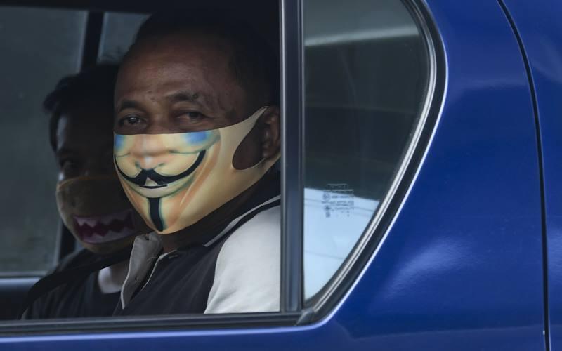 Warga duduk di dalam kendaraannya di KM 47 Tol Cikampek-Jakarta, Jawa Barat, Sabtu (30/5/2020). Kementerian Perhubungan memprediksi potensi lonjakan arus balik lebaran 2020 akan terjadi pada 30 Mei - 1 Juni, sehingga pengawasan di sejumlah titik pemeriksaan Surat Izin Keluar Masuk (SIKM) akan diperketat. ANTARA FOTO - Muhammad Adimaja