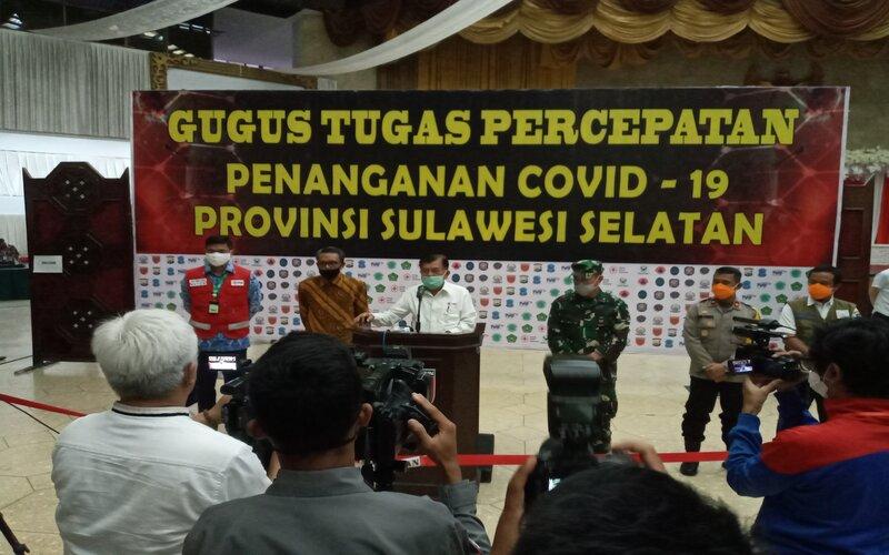 Jusuf Kalla (JK) saat melakukan kunjungan di Posko Tim Gugus Tugas Penanganan Covid-19 Sulsel di Balai Manunggal Makassar, Rabu (17/6/2020). - Bisnis/Andini Ristyaningrum