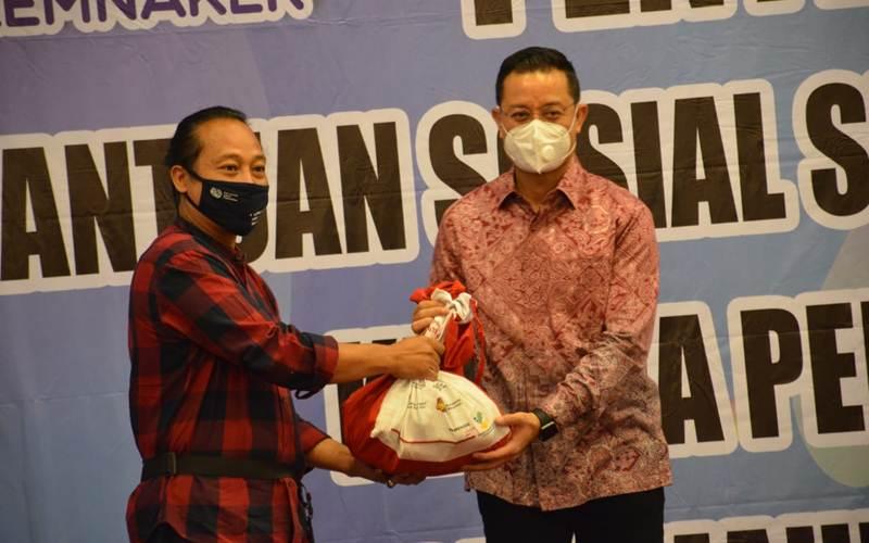 Kementerian Sosial dan Kementerian Ketenagakerjaan bekerja sama menyediakan 164.450 paket sembako untuk korban PHK di wilayah Jabodetabek. - Istimewa