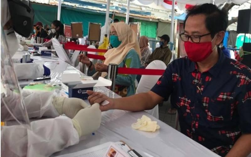 Ketua Komisi C DPRD Surabaya Baktiono saat mengikuti rapid test dan swab di halaman parkir Wisata Religi Sunan Ampel, Semampir, Kota Surabaya, Sabtu (6/6/2020).  - Antara