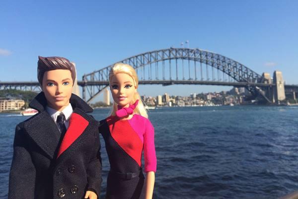 Boneka Barbie dan Ken mengenakan seragam awak kabin maskapai penerbangan Qantas - travelweekly/asia.com