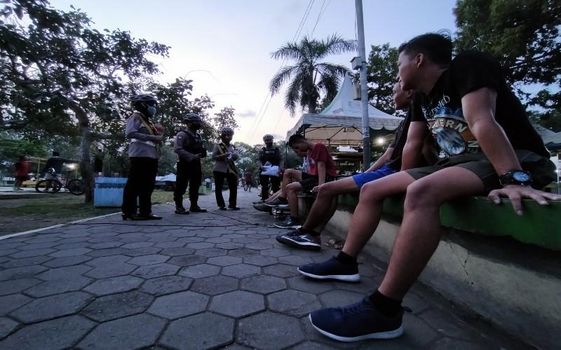 Sejumlah personil Polres Kulonprogo saat menggelar patroli edukasi di Alun-alun Wates, Kulonprogo, Rabu 17 Juni 2020. - JIBI/Jalu Rahman Dewantara.