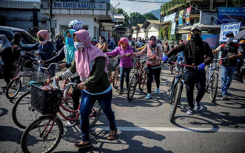 Sejumlah pegawai PT Kahatex berjalan keluar kawasan pabrik di Kabupaten Sumedang, Jawa Barat, Rabu 17 Juni 2020). Data dari Kementerian Ketenagakerjaan mencatat, per 27 Mei 2020 sebanyak 3.066.567 pekerja dikenai pemutusan hubungan kerja dan dirumahkan akibat pandemi Covid-19. ANTARA FOTO - Raisan Al Farisi