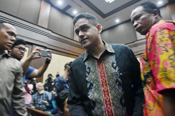Mantan Bendahara Partai Demokrat M Nazaruddin (tengah) bersiap memberikan keterangan kasus dugaan tindak pidana korupsi pengadaan pekerjaan KTP elektronik (E-KTP) untuk tersangka Irman dan Sugiharto di Pengadilan Tipikor, Jakarta, Senin (3/4). - Antara/Wahyu Putro A