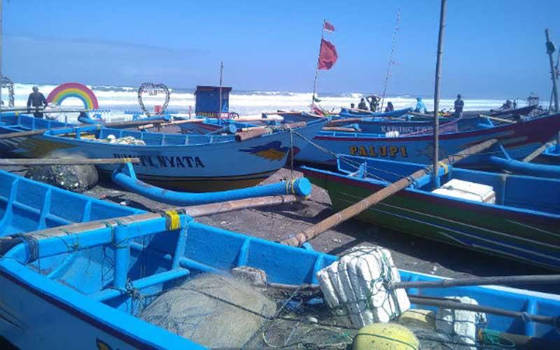 Kapal milik nelayan tidak digunakan melaut selama ombak tinggi di Pantai Depok pada Kamis 13 Juni 2019. - Harian Jogja/Dok.