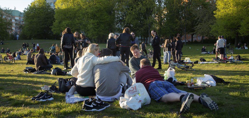 Warga berkumpul di sebuah taman di Stockholm, Swedia, Jumat (22/5/2020). - Bloomberg/Loulou D\'Aki
