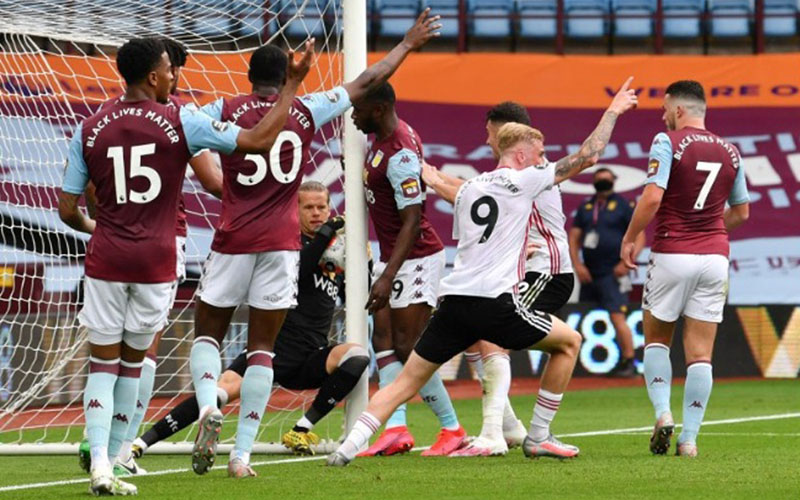 Kiper Aston Villa Orjan Nyland terlihat menggenggam bola ketika dia sudah melewati garis gawang, tetapi wasit Michael Oliver tidak memutuskan gol untuk Sheffield United./Antara - Reuters