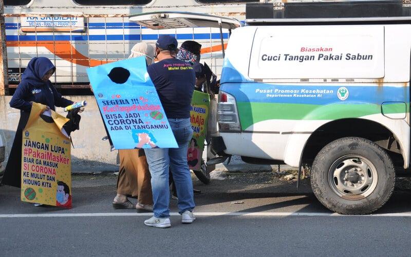 Petugas Dinas Kesehatan Sumut memakai seragam imbauan menyosialisasikan penyebaran Covid-19 di Jalan Stasiun Medan, Sumatera Utara, Selasa (16/6/2020). Kegiatan tersebut merupakan salah satu upaya pemerintah dalam menyampaikan sosialisasi pencegahan penyebaran Covid-19 dengan protokol kesehatan mengingat jumlah angka pasien positif di Sumut terus meningkat. - Antara/Septianda Perdana
