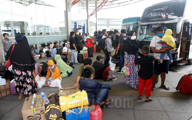 Calon penumpang bus antar kota antar provinsi (AKAP) berada di dekat loket pembelian tiket di Terminal Pulo Gebang di Jakarta, Kamis (23/4/2020). Bisnis - Himawan L Nugraha