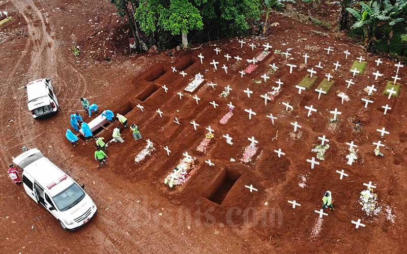 Foto aerial proses pemakaman jenazah pasien virus corona atau COVID-19 di Taman Pemakaman Umum (TPU) Pondok Ranggon, Jakarta, Kamis (9/4/2020). Bisnis - Himawan L Nugraha