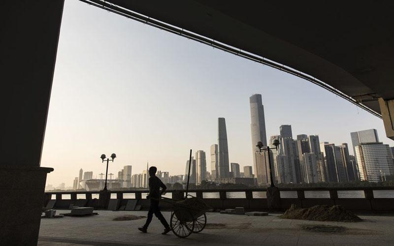 Properti di Guangzhou, China, terlihat dari bawah Jembatan Liede di atas Sungai Mutiara. - Bloomberg/Qilai Shen