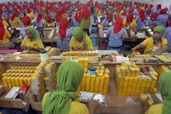 Pekerja melinting rokok sigaret kretek di salah satu industri rokok di Tulungagung, Jawa Timur, Rabu (31/5). - Antara/Destyan Sujarwoko