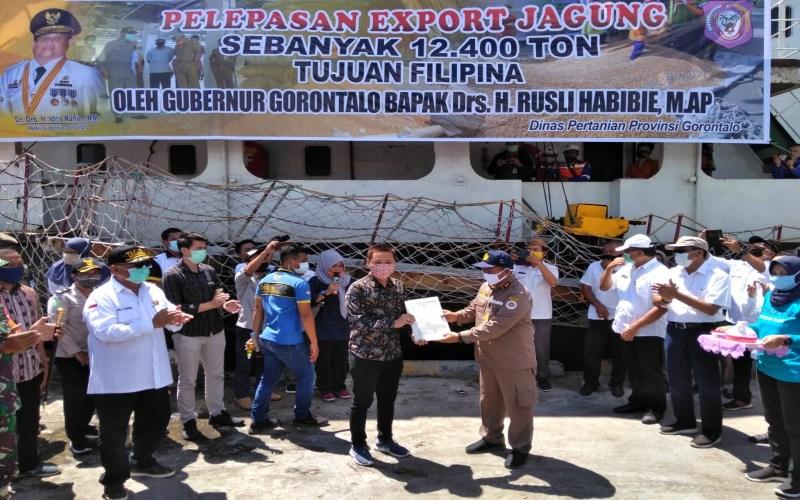 Acara Pelepasan ekspor jagung Group Perusahaan Seger Agro Nusantara (SAN) sebanyak 12.400 Ton ke Filipina di Pelabuhan Anggrek, Provinsi Gorontalo pada Rabu, 17 Juni 2020, yang ditandai dengan Penyerahan sertifikat dari Kepala Balai Karantina Provinsi Gorontalo Indra Dewa (berbaju coklat) kepada Kepala Cabang PT Seger Pangan Sejahtera (SPS) Andyka Fernadi Lesmana, disaksikan langsung oleh Gubernur Provinsi Gorontalo Rusli habibie (baju putih kiri). Istimewa