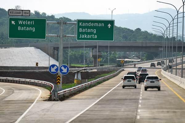 Sejumlah kendaraan melintasi di jalan Tol Batang Semarang saat penyusuran pra uji laik fungsi dan keselamatan Trans Jawa, Batang, Jawa Tengah, Jumat (7/12/2018). - ANTARA/Zabur Karuru