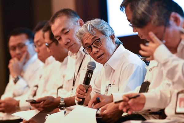 Kepala SKK Migas Dwi Soetjipto (ketiga kanan) didampingi jajaran pejabat SKK Migas menyampaikan keterangan pers capaian kinerja hulu migas 2018 dan target 2019 di Jakarta, Rabu (16/1/2019). - ANTARA/Sigid Kurniawan