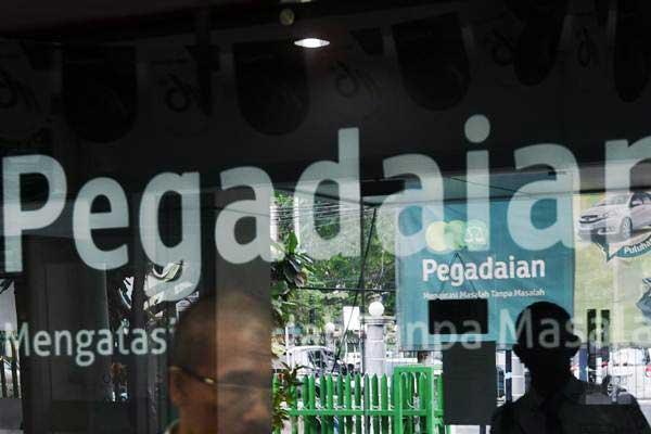Warga menunggu melakukan bertransaksi di Kantor Pegadaian Cabang Senen, Jakarta, Kamis (15/6). - Antara/Akbar Nugroho Gumay