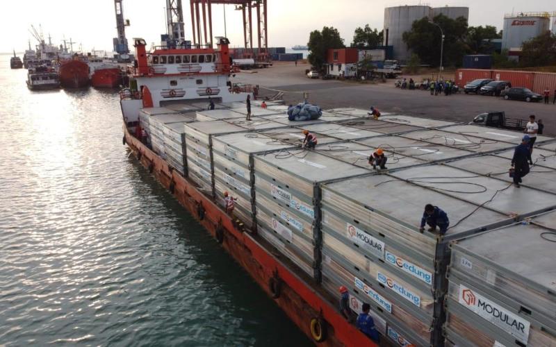 Panel modular siap dikirim menggunakan kapal laut untuk kebutuhan renovasi kamps eks pengungsi Vietnam di Pulau Galang, Kepulauan Riau. - WIKA Gedung/Ilustrasi