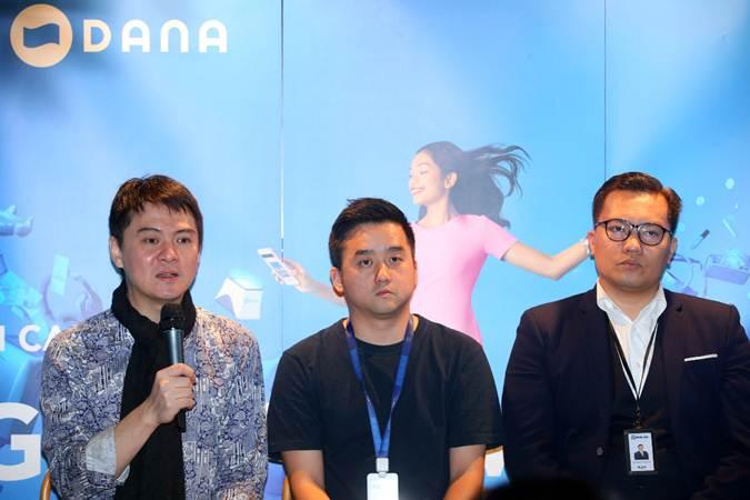 CEO DANA Vincent Iswara (dari kiri) bersama Director TIX ID Sean Kim dan EVP Digital Centre of Excellence PT Bank Rakyat Indonesia (Persero) Kaspar Situmorang memberikan penjelasan saat media briefing di Jakarta, Senin (25/3/2019). - Bisnis/Abdullah Azzam