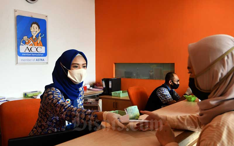 Petugas melayani nasabah di kantor Astra Credit Companies (ACC) Finance di Jakarta, Senin (8/6/2020). Bisnis - Abdurachman