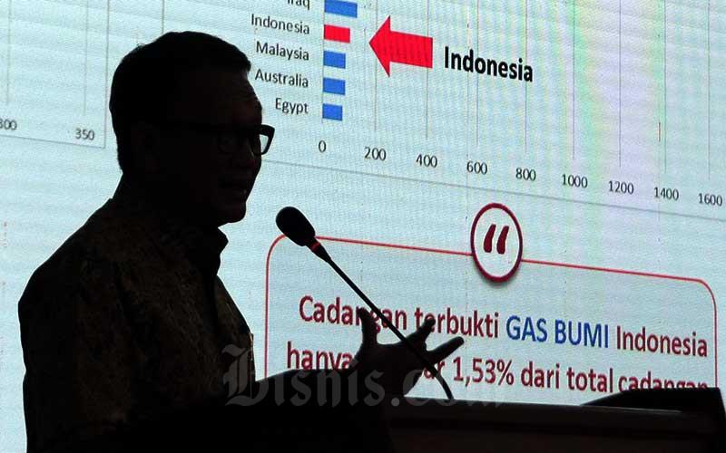Siluet Menteri Energi dan Sumber Daya Mineral (ESDM) Arifin Tasrif menyampaikan kuliah umum mengangkat tema Kebijakan dan Program Strategis ESDM di Aula Barat Institut Teknologi Bandung (ITB), Bandung, Jawa Barat, Rabu (4/3/2020). Bisnis - Rachman